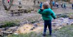 aruncatul cu pietre în râu